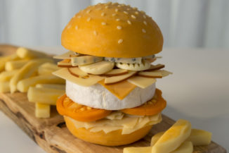 5ad461f8a9372burger-with-chips-3